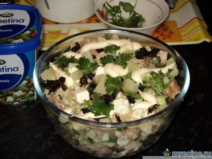 Куриный салат с ананасом и черносливом
